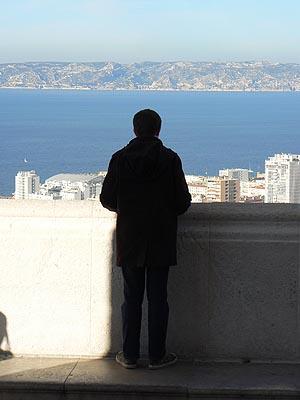 Clem devant le panorama marseillais.jpg