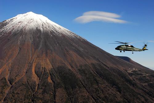 フリー画像| 航空機/飛行機| 軍用ヘリ| ヘリコプター| SH-60 シーホーク| SH-60F Seahawk| 山の風景| 富士山| 日本風景|   フリー素材|