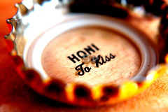 to kiss (anna.hawaii) Tags: macro beer brewing hawaii company hawaiian bottlecap kona honi tokiss
