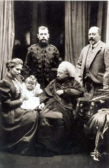 Queen Victoria with her son Albert and the Russian Czar and Czarina (Miss Mertens) Tags: inglaterra england london wales zar scotland king princess britain postcard united royal kingdom prince queen rey windsor kaiser regina reine royalty monarchy adel oldfashioned schottland roi prinz royalfamily reinounido vittoria knig postkarte princeofwales knigin nobility prinzessin monarchie monarchia kaiserin picturecard britannien koningshuizen royaumeunis nicolaii familleroyal