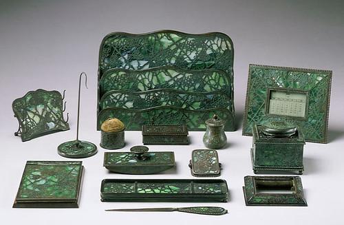 006-Set de escritorio 1910-20 -Una gran gama de diferentes formas se muestran en este set  todos grabados en metal y vidrio con  diseño de vid.