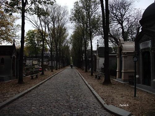 Chemin entre les tombes