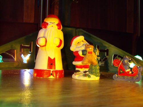 Chrismtas Santas beyond Christmas tree