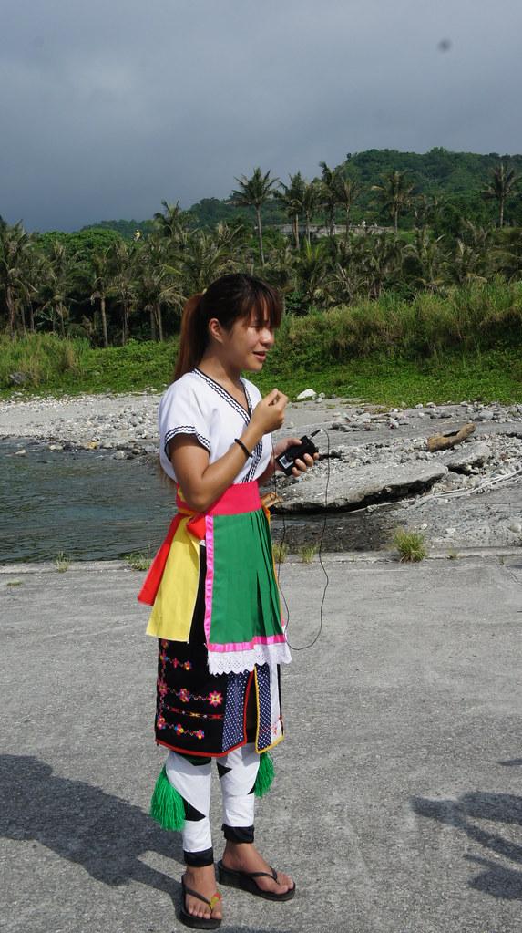 身著阿美族傳統服裝的當地青少年談到世代生活的海域即將失去,不禁落淚。(照片來源:林念慈)
