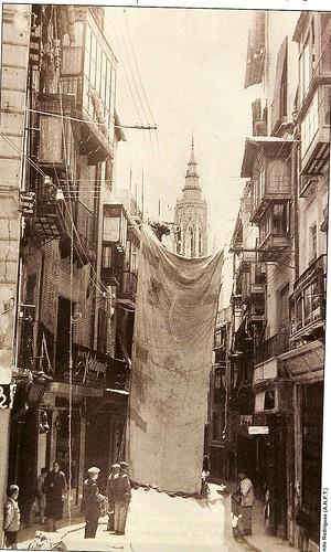 Colocación de los toldos del Corpus a principios del siglo XX.(Fotografía Rodríguez)