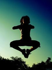 >< (f. prestes) Tags: trees light shadow sky silhouette matrix fun freedom jump friend joy bodylanguage explore zen girlpower jumper salto silhueta keka parquevillalobos levitando