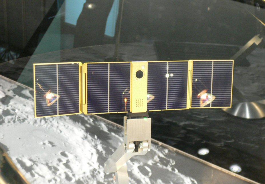 Movil con bateria solar en forma de satelite