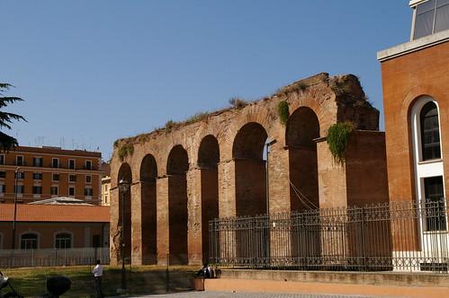 """羅馬果然處處是古蹟 在住的地方附近就有這樣的""""古蹟"""""""