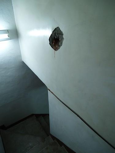 靠樓梯這邊也打穿了