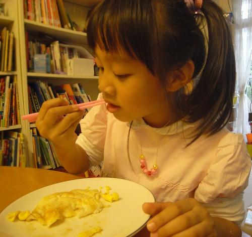 你拍攝的 娃品味第一個自煎荷包蛋。