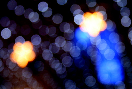 Fotografía de los típicos desenfoques navideños en tonos azules donde se intuyen al fondo dos estrellas anaranjadas