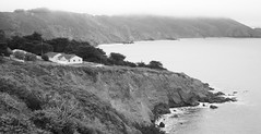 Little house on the Headlands (fotoeins) Tags: ocean sanfrancisco california travel bw cliff usa white house black fog canon eos day pacific marin kitlens pacificocean goldengate bayarea headlands marinheadlands xsi pointbonita eos450d henrylee 450d canonefs1855mmf3556is fotoeins henrylflee fotoeinscom
