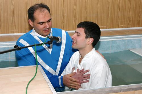 Pastorul Vasile Filat botează pe Vladimir Zolotarevschi