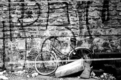Tag et Vlo abandonn (jeroml) Tags: paris rome de tag graphiti rue mur impression vlo byciclette 75017 tague photogene