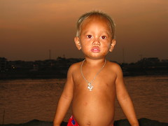 (hn.) Tags: sunset portrait people copyright water face river person evening abend asia asien cambodge cambodia gesicht heiconeumeyer kambodscha seasia soasien southeastasia sdostasien wasser khmer leute sonnenuntergang riverside dusk menschen human phnompenh dmmerung persons fluss humans tonlesap personen mensch abendrot copyrighted tonlesapriver tp0708 seenfromchruoychangvarpeninsulalookingtowardscentralphnompenh chruoychangvar chruoychangvarisintheforeground chruoychangvarpeninsula