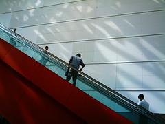 【写真】VQ3007で撮影したクイーンズスクエア横浜内のエスカレーター