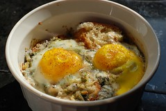 Baked eggs with sage and blue cheese