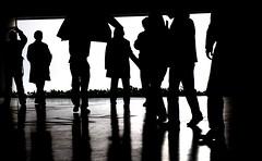 [フリー画像] 人物, 集団・群衆, シルエット, モノクロ写真, 201004030500