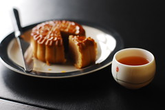 In the Mooncake Mood (Inside_man) Tags: stilllife reflection colorful tea bokeh teacup utensil lightandshadow mooncake midautumn moonfestival blacktea sooc happymidautumn happymoonfestival september14th2008 inthemooncakemood