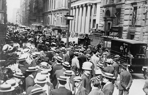 Crowd on Wall Street, ca. 1911 (Photo: Library of Congress via pingnews on flickr)