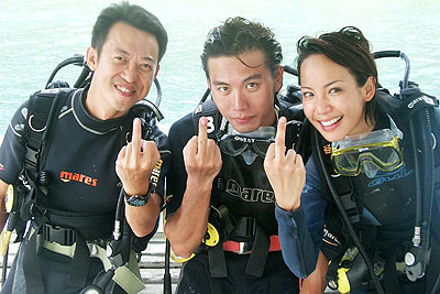 Fiona Xie and 715 showing their middle fingers - Alvinology