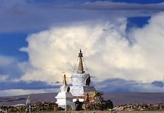 Nam (Namtso Chumo) tso (Chörten) (reurinkjan) Tags: nature pagoda stupa tibet chorten namtso 2008 changtang namtsochukmo anawesomeshot nyenchentanglha tibetanlandscape storytellingphoto tengrinor janreurink damshungcounty storytellingphotography damgzung བོད། བོད་ལྗོངས། བཀྲ་ཤིས་བདེ་ལེགས། བྱང་ཐང། མཆོད་རྟེན༏ photostoryའདྲ་པརསྒྲུང་།drapardrung