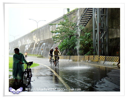 081108Miruku雨天行進曲14_有人騎來橋下躲雨