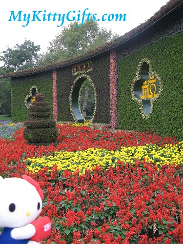 Hello Kitty at Entrance Gateway of Xi Hu Tian Di, HangZhou