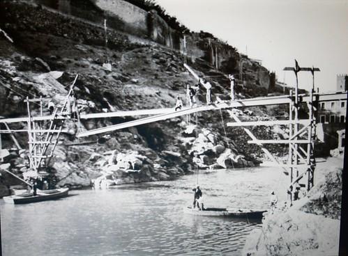 Construcción del puente nuevo de Alcántara hacia 1930