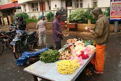 ヒンドゥー寺院前ではお供え物が売られていた。