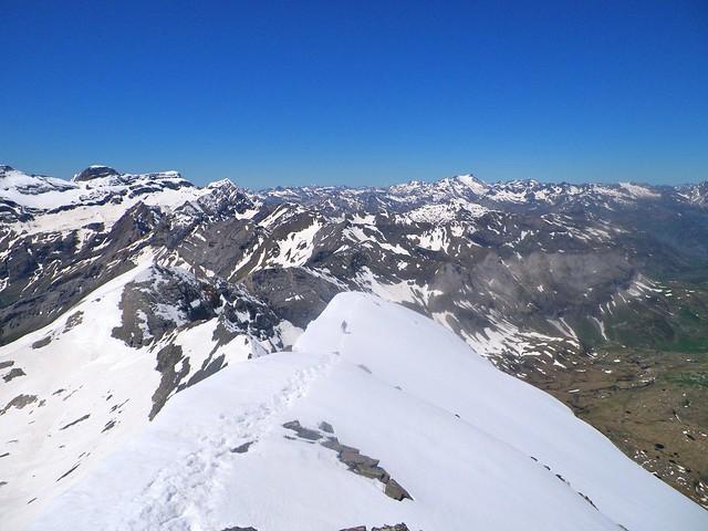 El tramo amable y espectacular de la arista: nieve y cornisas. Foto: Pedro