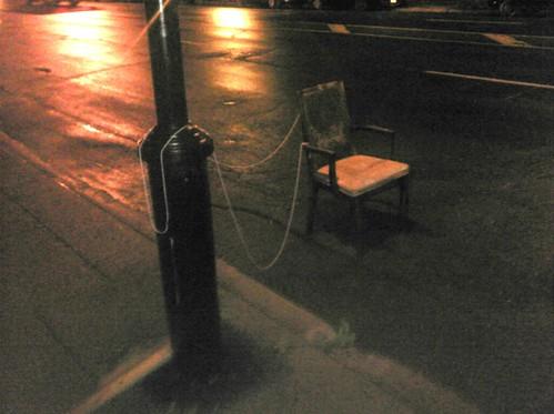 Chaise attachée