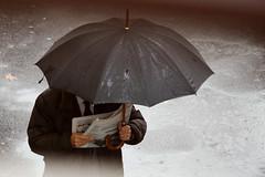 l'importanza di leggere (luce_eee) Tags: man streetphotography portfolio pioggia ombrello leggere puntidivista giornale canon70200mmf4l canon400d luceeee rinaciampolillo wwwrinaciampolillocom