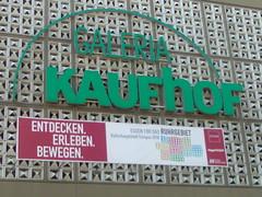 Kulturhauptstadt Ruhrgebiet: Fahnenlogo an der Kaufhof-Fassade in Essen