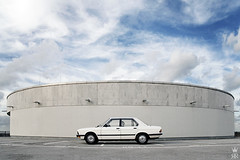 _DSC2562 (romanraetzke) Tags: auto white car digital airport nikon colours parking hamburg chrome bmw flughafen 2008 parkplatz farbe chrom farben 525i langweilig parkhaus d300 youngtimer weis reichensechser