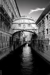 italia (Javier Torres...) Tags: bw canon puente agua italia bn viajes reflejo urbana javier venecia torres suspiros