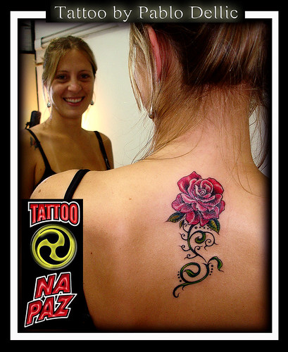 tattoos femininas. uma tatuagem feminina nas; tattoo femininas. A tatuagem de flor feminina