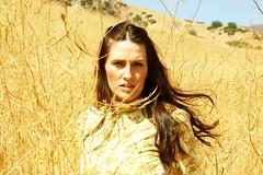 [フリー画像] 人物, 女性, 草原, イエロー, アメリカ人, 201006182100