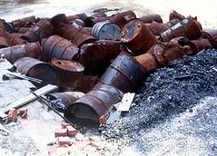 非法掩埋造成滲漏,污染土地和水源。
