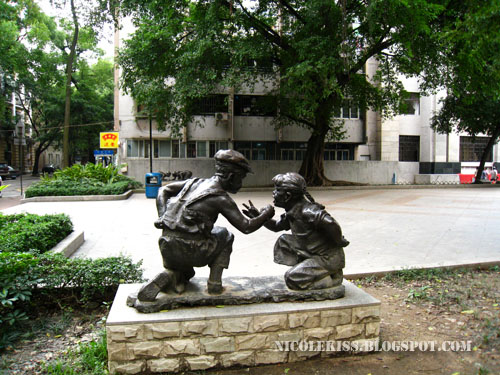 playing kids statue