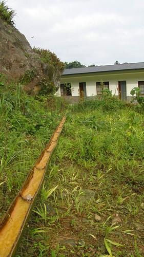 32.潺潺池水流於竹管並quot; /></a><br />這個竹管引的是池塘的水,到旁邊形成潺潺小溪,都是用自然的器材。</p> <p>33.壯麗的山景<br /> <a href=