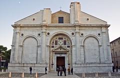 Duomo di Rimini -Tempio Malatestiano- (Andrea Gessi) Tags: italy italia rimini chiesa duomo fotografia cattedrale fiatlux gessi canon400d yourcountry gexi73 letuefotolecommentercomunqueabbraccio