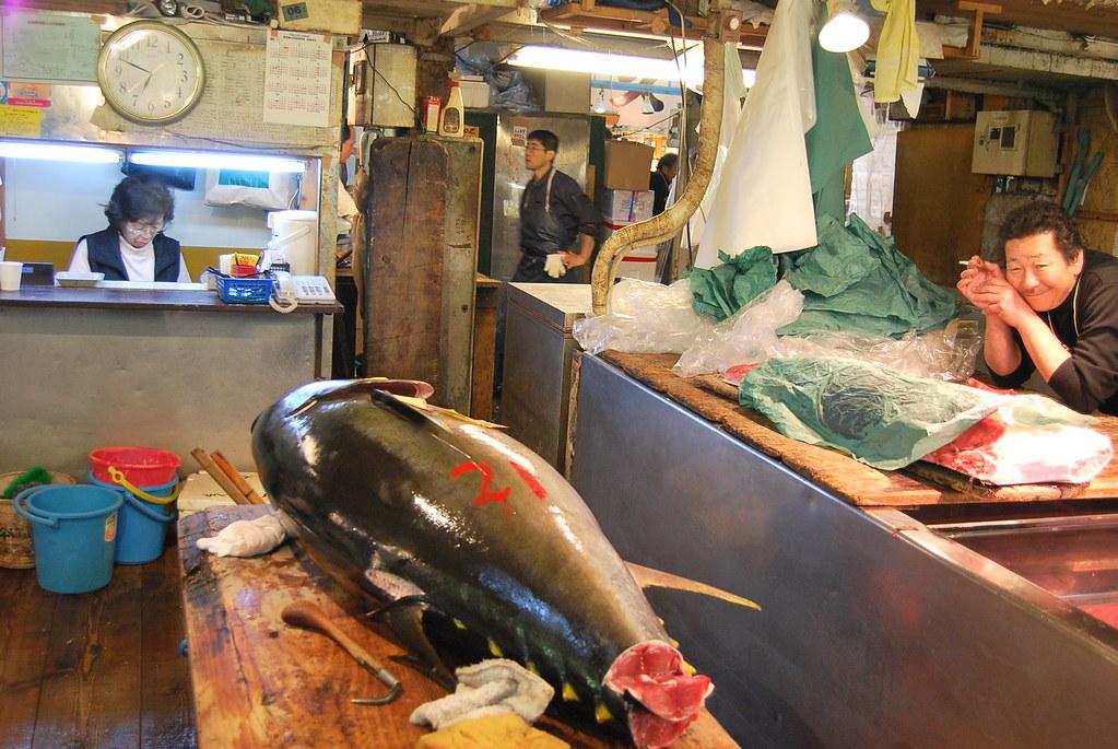 Un atún rojo entero en Tsukiji