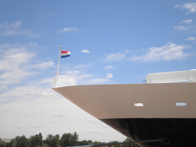 Front of the Prinsendam - Netherland Flag - Bordeaux - P5310027
