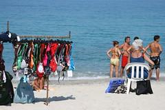 Non compriamo niente! (Janex & Alba) Tags: italy italia mare calabria spiaggia tropea sabbia costumi ambulante janex curiosi