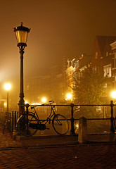 Bicycle, Oude gracht, Utrecht at Night (lambertwm) Tags: mist bicycle misty fog night canal long exposure utrecht nacht foggy bicicleta bicyclette fahrrad oude viewcount gracht cykel bicicletta mistig lanter lantaarnpaal utrechtbynight lwmfav utrechtnight utrechtnacht