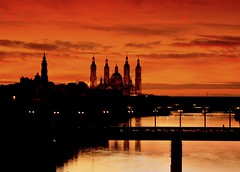Atardecer sobre el Ebro. (Antonio Goya) Tags: sunset espaa orange color colour classic rio pilar river puente atardecer luces spain nikon flickr basilica iglesia paisaje best zaragoza espana card taller cielo nubes aragon postal fotografia nikkor ebro 2008 naranja goya 2009 historia saragossa estampa 200mm d60 pilares abigfave colorphotoaward aplusphoto goldenvisions