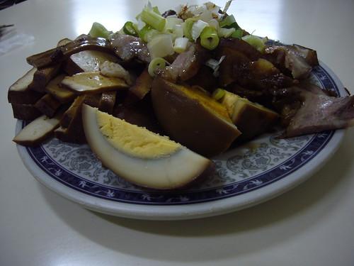 (小菜:滷蛋、豬頭肉、豆干等,$70)