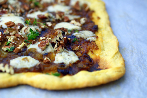 pizza with caramelized onions, gorgonzola and pecans « Sassy Radish