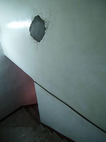樓梯間的破洞補好了
